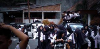 siswa naik atap mobil